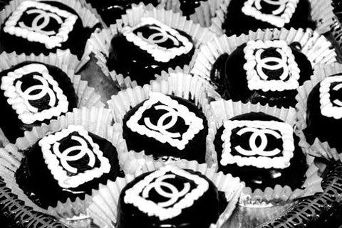 من غرائب هوس البنات بالماركات العالمية المشهورة كانت كيكات والكب كيك حفلة العرس بتصاميم هذهِ الماركات - معرض رجيم احلى عرايس 13700454162.jpg