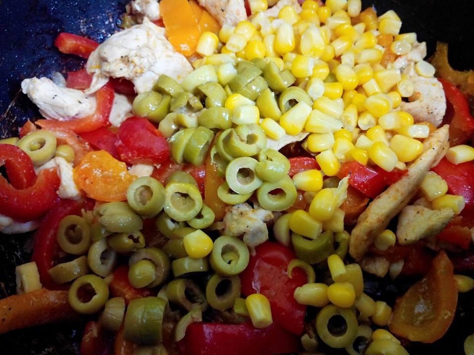 الدجاج المكسيكي بالفلفل و الزيتون و الذرة 14248096623.jpg